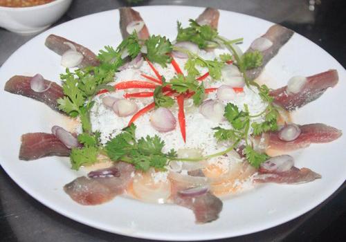 Gỏi cá trích là một niềm tự hào về ẩm thực của người dân Phú Quốc. Ảnh: T.P.