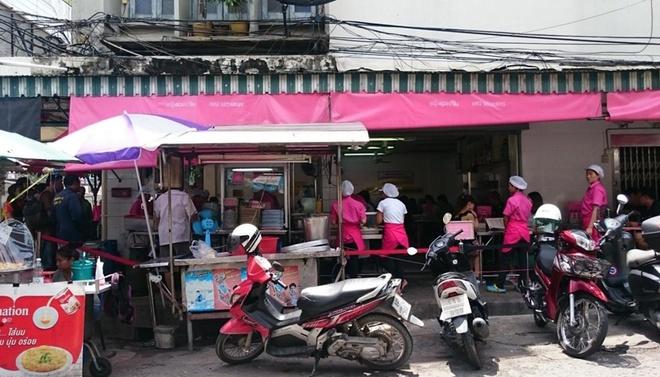 Khách xếp hàng dài trước tiệm cơm gà 20 năm ở Bangkok